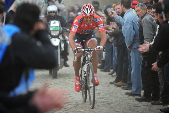 Fabian Cancellara, camino de la victoria en la París-Roubaix 2010. (Afp)
