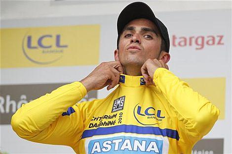 Alberto Contador se ajusta su maillot en el podio.   Ap