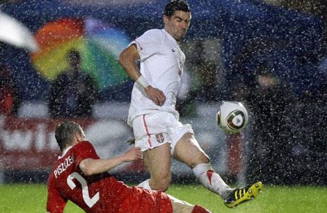 Aleksandr Kolarov, en un partido con la selección serbia.   Ap