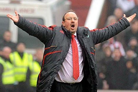 Rafa Benítez, en el banquillo del Liverpool. | Efe
