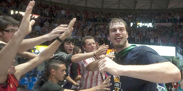 Splitter celebra el título con los aficionados del Buesa Arena. | Efe