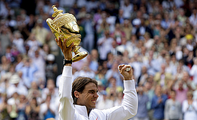 Nadal alza su segundo trofeo en Wimbledon. | Efe