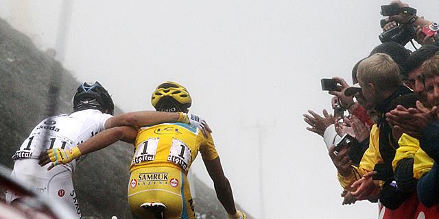 Contador (d) y Schleck coronan juntos el Tourmalet. | Afp