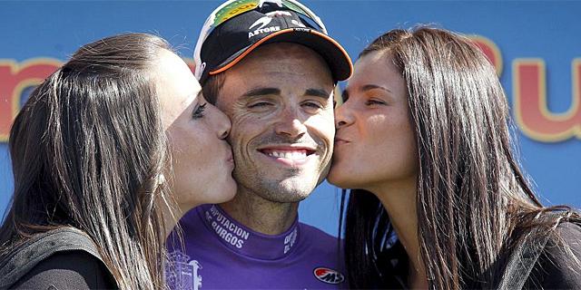 Samuel Sánchez, felicitado por las azafatas en el podio. (EFE)
