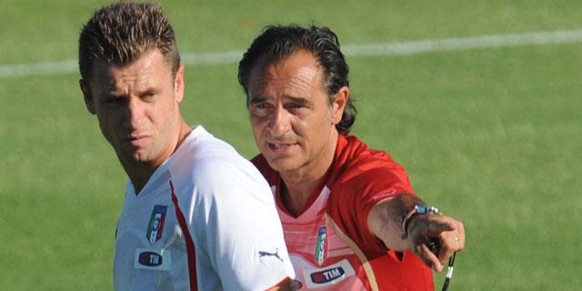 Prandelli hace indicaciones a Cassano en el entrenamiento de este lunes. | Efe