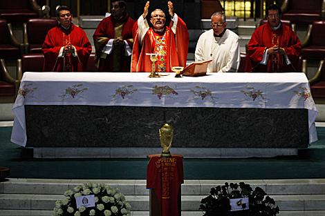 Monseñor Monroy oficia misa ante la Copa del Mundo en La Villa. | Ap [Más fotos]