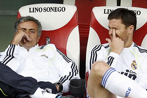 Mourinho y Xabi Alonso, durante el amistoso en Lieja.   Foto: Reuters