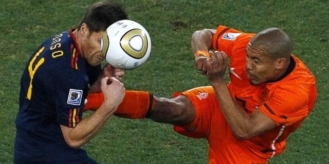 De Jong lanza la patada a Xabi Alonso en la final del Mundial. | Reuters
