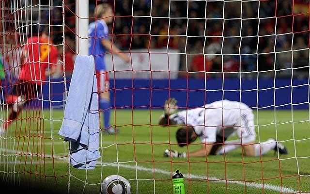 Torres marca su segundo gol, el cuarto de España. (AFP)