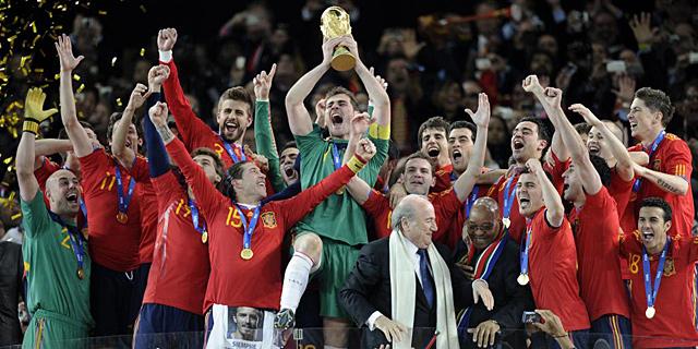 Iker Casillas, levantando la Copa del Mundo. | Ap