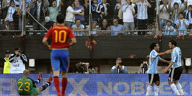 Tévez celebra el 3-0 con Higuaín ante Fábregas y Reina. (Foto: Afp)
