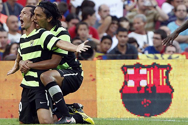Nelson Valdez y Abel Aguilar celebran uno de los goles al Barcelona. Foto: Reuters