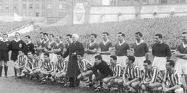Mr. Pentland (centro), homenajeado en San Mamés en 1959.