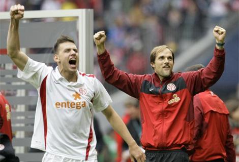El jugador Adam Szalai, y su entrenador, Thomas Tuchel, tras ganar al Bayern. Foto: Reuters