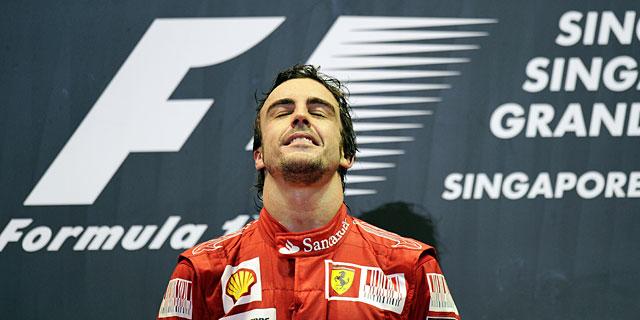 Fernando Alonso, en el podio de Singapur. | Afp