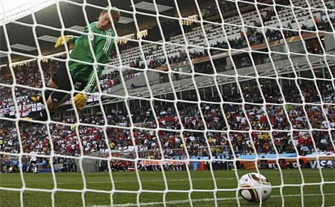 Neuer observa el balón dentro de su portería, durante el último Alemania-Inglaterra. (Reuters)