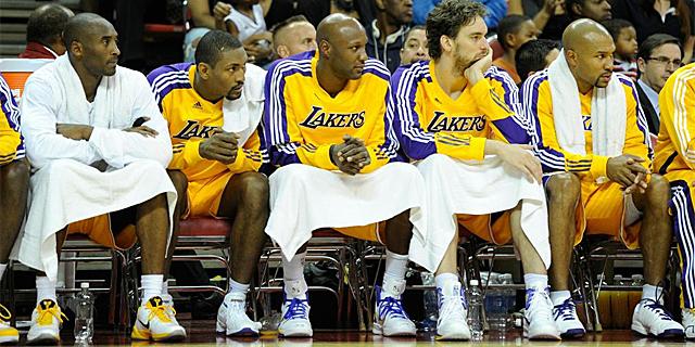 El presumible quintento incial de los Lakers, en el banquillo, durante un partido. | Afp