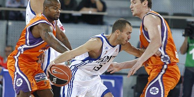 Serbio Rodríguez intenta driblar ante la presión de Cook y Lishchuk. Foto: Efe