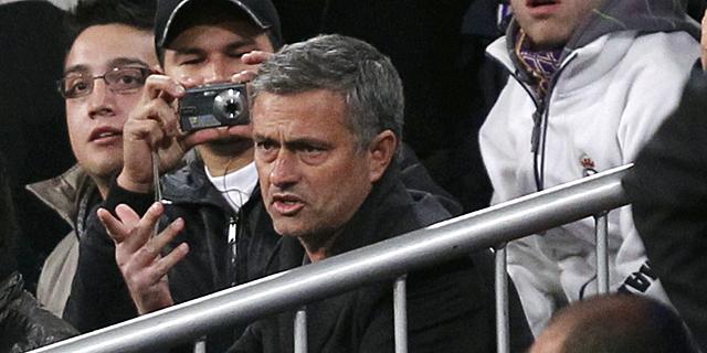 Mourinho, en la grada del Bernabéu tras ser expulsado. | Efe