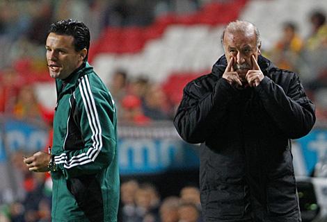 Vicente del Bosque, preocupado durante el partido. (Efe)