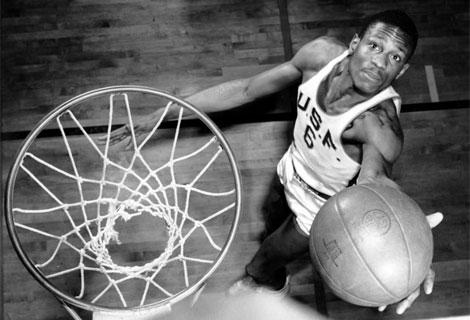 Bill Russell, durante su etapa como jugador de la Universidad de San Francisco. Foto: AP