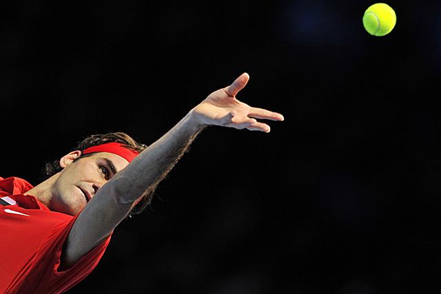 Roger Federer saca ante Andy Murray. (Foto: AFP)