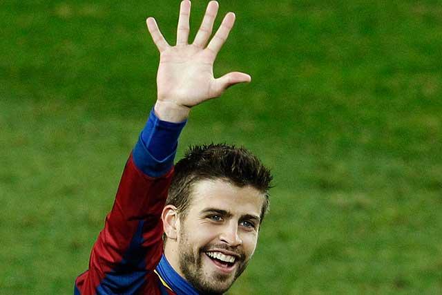 Piqué celebra la 'manita' con la afición del Camp Nou. (Foto: Ap)