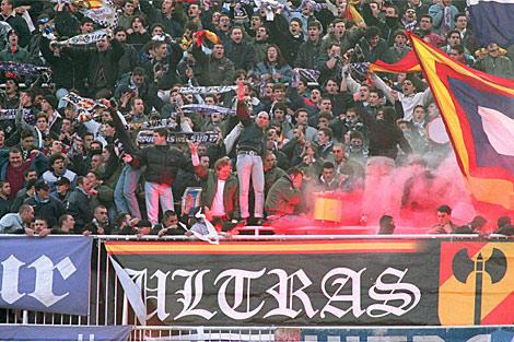 Los Ultrasur de pie, antes de que el Bernabéu reformara su graderío. | Javi Martínez