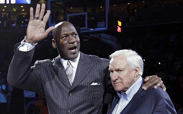 Jordan, homenajeado junto al mítico técnico Dean Smith. (AP)