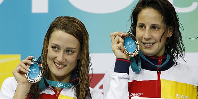 Mireia Belmonte (i) y Erika Villaécija, en el podio de Dubai . | Reuters