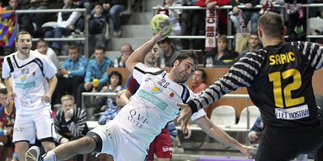 Joan Cañellas intenta superar a Daniel Saric durante la final. | Efe