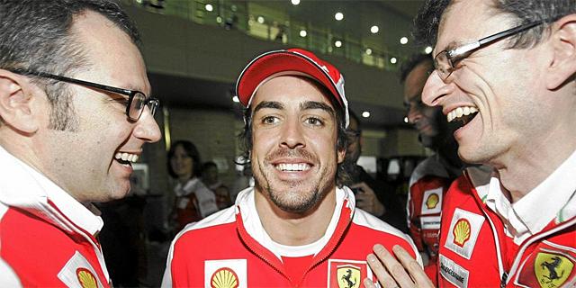 Dyer (derecha), junto a Stefano Domenicalli y Fernando Alonso en el GP de Corea.   Ap