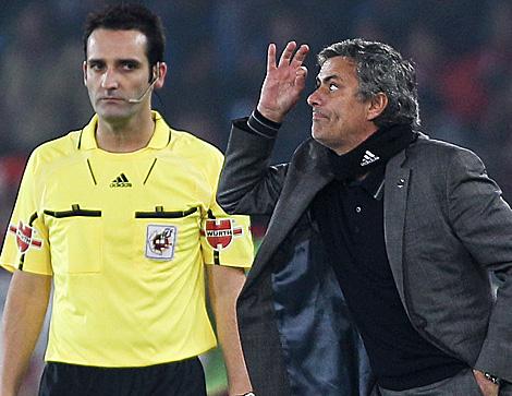 Mourinho, en el partido ante el Almería. (Foto: AP)