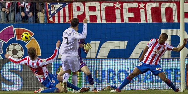 Ronaldo empala y marca el primer gol del partido entre Valera y Perea. | Ap