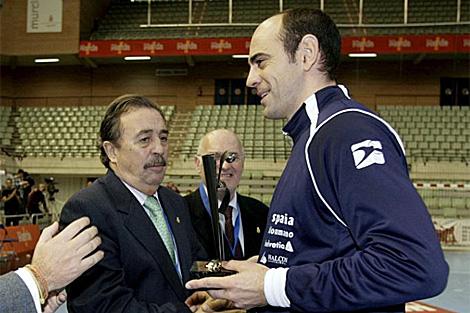 Juan de Dios Román (izda.) entrega un premio a Hombrados en enero. | Efe