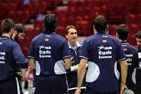 Valero Rivera de órdenes a los jugadores, durante el entrenamiento del jueves. (EFE)