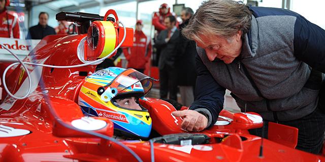 Alonso, dentro del 'F150' dialoga con Luca Cordero di Montezemolo. | Afp