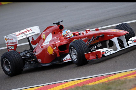 Fernando Alonso pilotando en el circuito de Maranello. Foto: Reuters