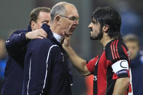 Gattuso agarra del cuello al técnico asistente del Tottenham Joe Jordan. Foto: Reuters