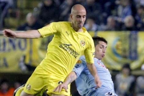 Borja disputa un balón con Sosa en El Madrigal (Foto: EFE).