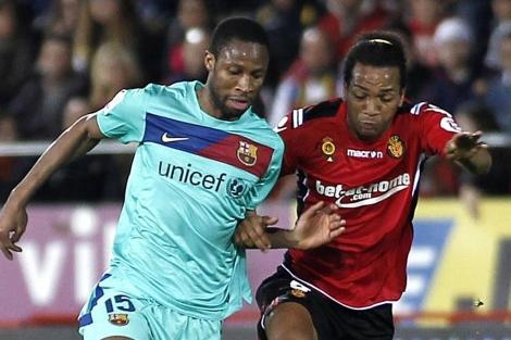 Seydou Keita supera a Nsué, durante el partido. (EFE)