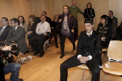 David Villa (der.) durante el juicio. | Efe