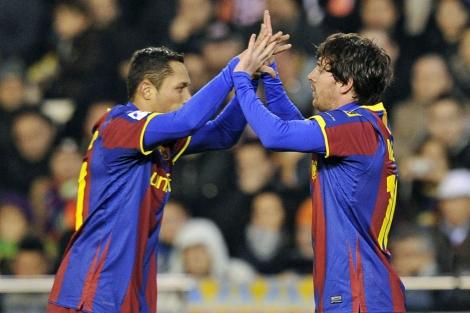 Adriano felicita a Messi tras el gol. | Afp