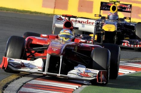 Fernando Alonso conduce su Ferrari sobre el asfalto de Albert Park. | Afp