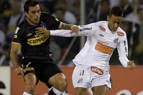 Neymar (der.) disputa un balón durante un partido con el Santos. | Foto: Efe