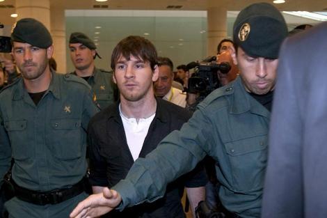 Messi, a su llegada al aeropuerto del Prat. (EFE)