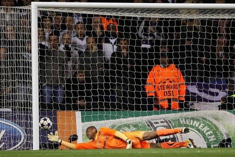 Gomes intenta deshacer su pifia sin conseguirlo. (AFP)