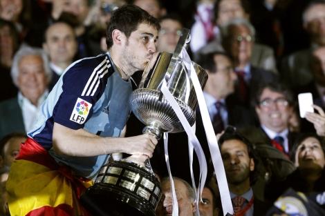 El nuevo beso de Casillas (Foto: Reuters).