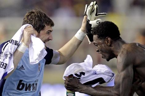 Casillas y Adebayor festejan el título de Copa en el césped de Mestalla. (Foto: Efe)