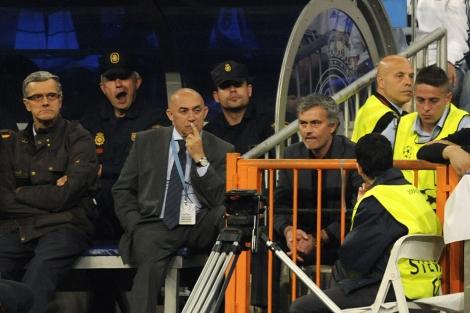 Mourinho, en la grada, tras ser expulsado por Stark. (Foto: Afp)